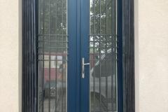 renovované vstupní dveře s nůžkovou mříží